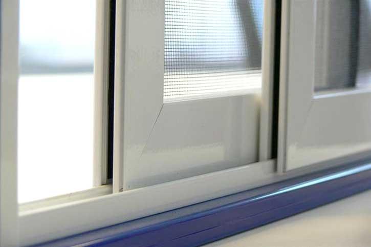 Foto di una zanzariera scorrevole installata su una porta finestra a Bergamo