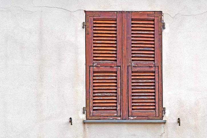 Come restaurare le persiane in legno