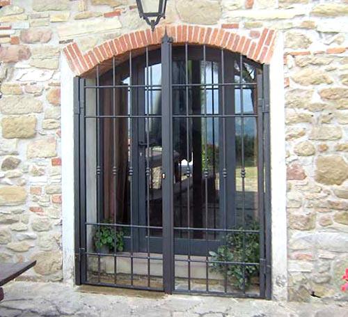 Inferriata per finestra su misura installata a Lecco