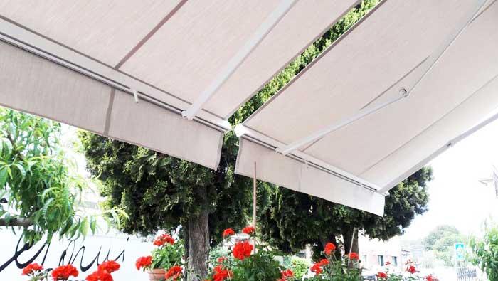 Tenda da sole in giardino paese provincia di Varese
