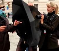 Antifa-Aktivisten mit Presseausweis wurden von Patrioten mit Regenschirmen daran gehindert Portrait-Bilder von Demo-Teilnehmern anzufertigen. Bild: Do5