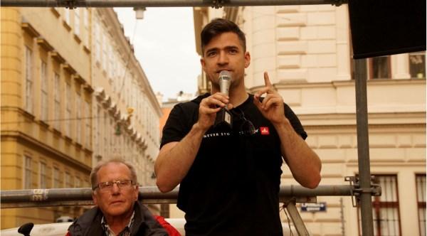 Martin Sellner bei seiner Rede vor der ungarischen Botschaft. Bild: Info-DIREKT