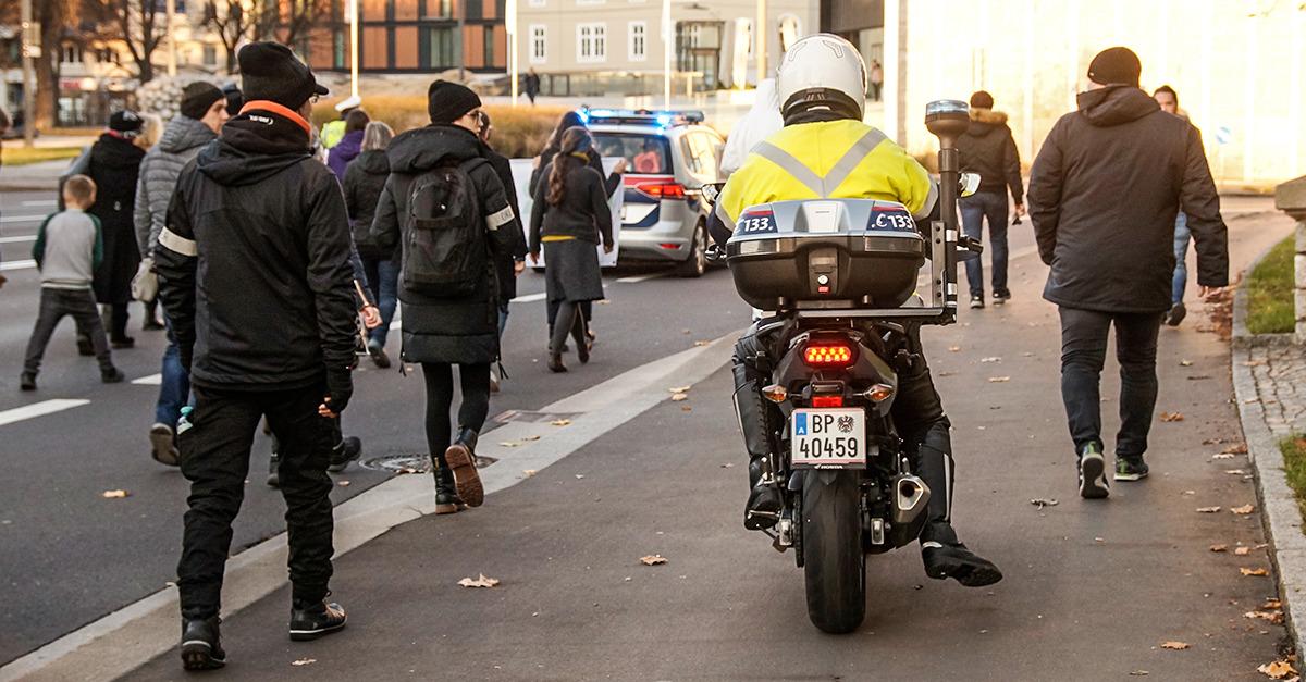 Der friedliche Demonstrationszug wurde von höchstens 20 Polizisten begleitet. Vertreter von etablierten Medien waren nicht zu sehen. Bild: Info-DIREKT