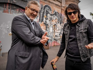 """Der Wiener Gesundheitsstadtrat Peter Hacker (SPÖ) mit dem Musiker """"Marco Pogo"""""""