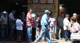 Fotografía de archivo fechada el 24 de abril de 2018 de un grupo de postulantes a un puesto de trabajo hace cola en una de la calles del centro histórico de Lima (Perú).