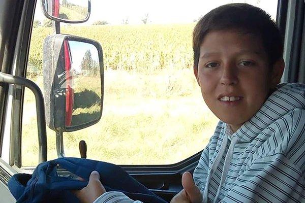 Tiene apenas 13 años y debe hacer dedo en una ruta todos los días para poder ir al colegio