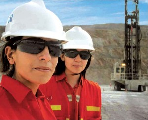 Mujeres trabajando en Minería
