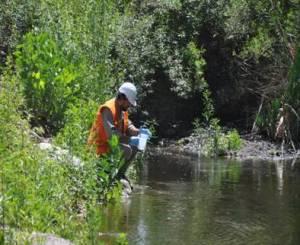 Extracción de muestra de agua superficialChristian Orlando Barros – SEM