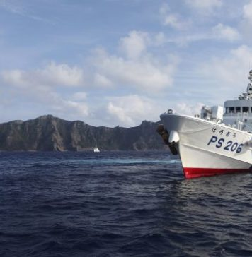 Japan Coast Guard vessel PS206 Houou sails in front of Uotsuri island, one of the disputed islands, called Senkaku in Japan and Diaoyu in China, in the East China Sea, 18 August 2013 (Photo: Reuters/ Ruairidh Villar).