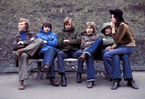 Adolescentes en Alemania Oriental, el 1 de Mayo de 1977 (Photo by Ag/Keystone USA/Shutterstock)