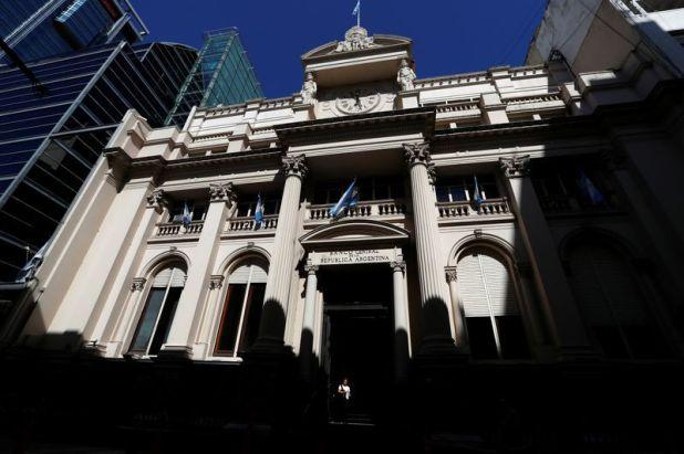Una mujer camina frente al edificio del banco central de Argentina (BCRA), en Buenos Aires. Feb 19, 2020. REUTERS/Agustin Marcarian
