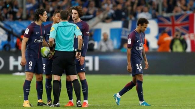 El brasileño Neymar fue expulsado en el clásico entre el Paris Saint Germain y el Olympique Marsella