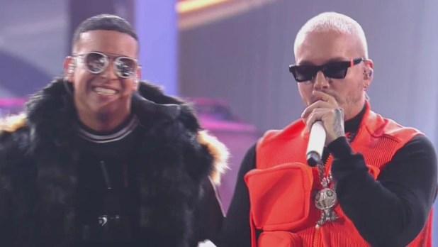 """J Balvin le habló con el corazón a Daddy Yankee para decirle que sin él """"no habría reggaetón"""" (@premiolonuestro (Cortesía de Univision))"""