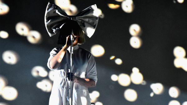 Sia reconoce odiar la fama que conlleva su trabajo (Getty Images)
