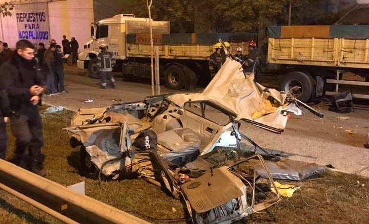 Los restos del auto donde viajaban los jóvenes en San Miguel del Monte