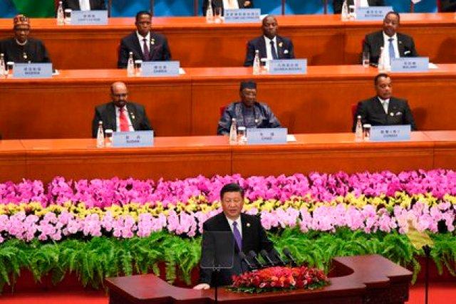 El presidente chino, Xi Jinping (c), ofrece un discurso durante la ceremonia de inauguración del Foro de Cooperación África-China (FOCAC) celebrado en Pekín (China) en septiembre de 2018. EFE/ Madoka Ikegami / Archivo