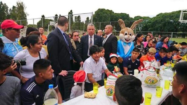 Evo Morales, rodeado por niños, niñas y adultos durante la mañana del 25 de diciembre @pagina_siete