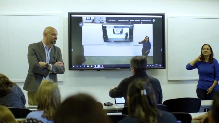 """La UCA cuenta con dos tipos de aulas tecnológicas: """"rombo"""" y sincrónica: las sincrónicas conectan a los docentes con quienes cursan fuera de la UCA, mientras que las rombo están equipadas con pantallas interactivas 4K, sistema de audio de alta definición, micrófonos, parlantes potenciados y un software de conexión en tiempo real para poder llegar a todo el mundo"""