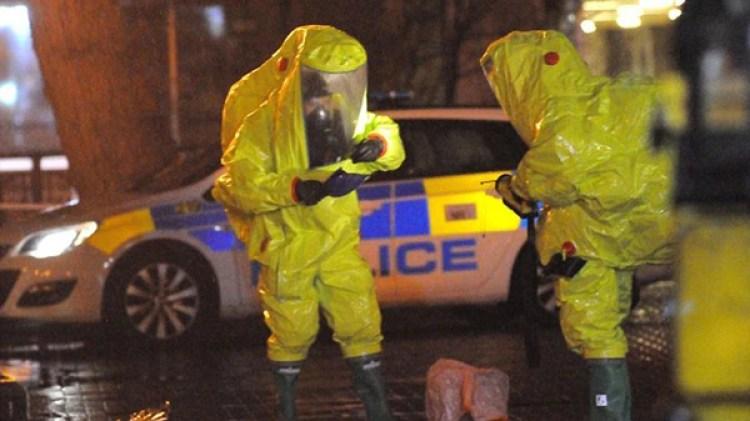 Policías británicos analizan muestras en la escena del crimen