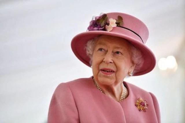 La reina Isabel II del Reino Unido habla con el personal durante una visita al Laboratorio de Ciencia y Tecnología de Defensa en el Parque Científico de Porton, cerca de Salisbury, Reino Unido, el 15 de octubre de 2020
