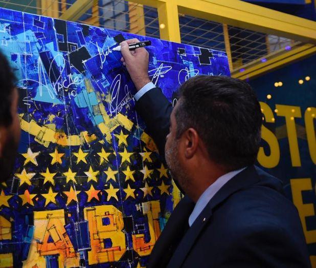 Angelici dejó su firma en un mural que se subastó en la Cena Anual Solidaria de Boca (Prensa Boca Juniors)