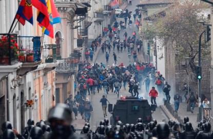 Manifestantes se enfrentan a la policía durante una protesta contra la eliminación de los subsidios a los combustibles anunciada por el presidente (Foto AP/Dolores Ochoa)
