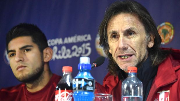 zzzzinte1Peruvian national football team coach, Argentinian Ricardo Gareca (R), and Peruvian player Carlos Zambrano, deliver a press conference during the Copa America 2015 in Santiago on June 28, 2015. AFP PHOTO / RODRIGO ARANGUA zzzz