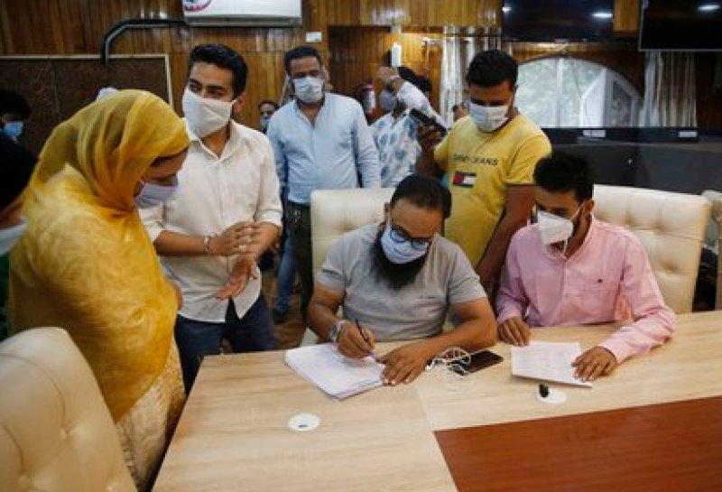Empleados del gobierno indio toman los datos de una mujer antes de someterla a un test de antígenos para detectar coronavirus en Srinagar, la capital de verano de la Cachemira india. EFE/EPA/FAROOQ KHAN/Archivo
