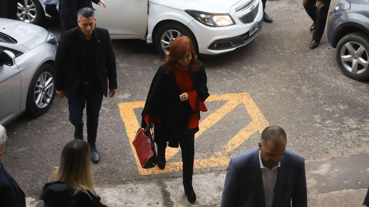 Cristina Kirchner ingresando a los Tribunales de Comodoro Py (Matias Baglietto)
