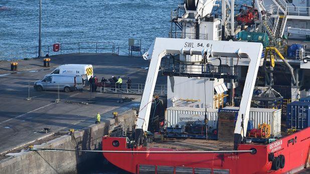 El Geo Ocean III el día que trasladó el cuerpo localizado en las profundidades hasta el puerto (Foto: AFP)