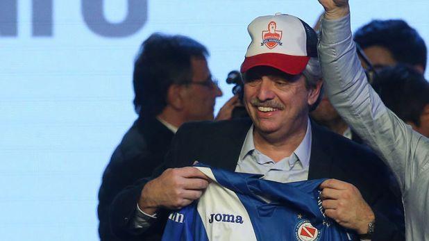 El día del triunfo electoral, Fernández no olvidó el club de sus amores y mostró una camiseta de Argentinos Juniors.
