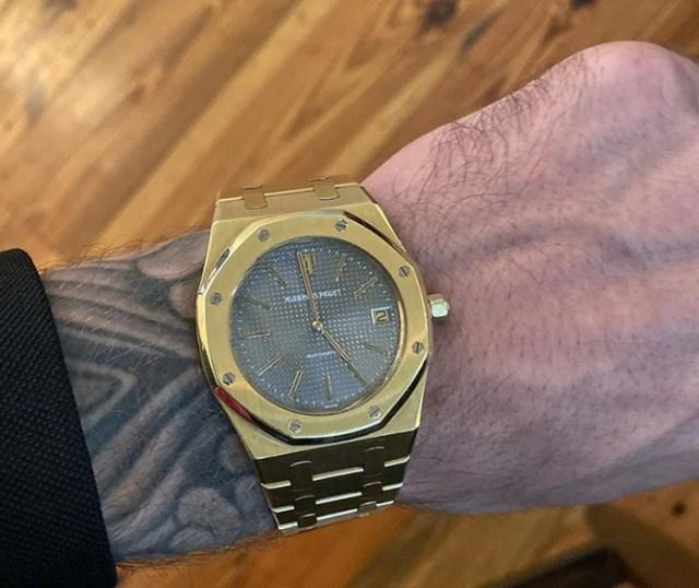 Bieber publicó hoy en su cuenta oficial de Instagram una imagen de un reloj que, según dijo el artista, se había comprado él mismo como