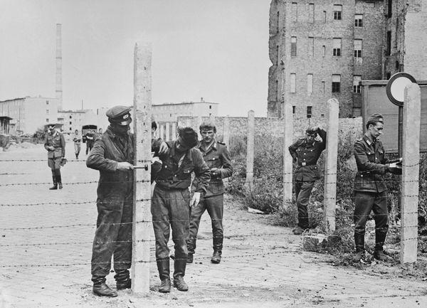 Soldados de Alemania oriental instalan una alambrada previa a la construcción del muro de Berlín (PGetty Images)