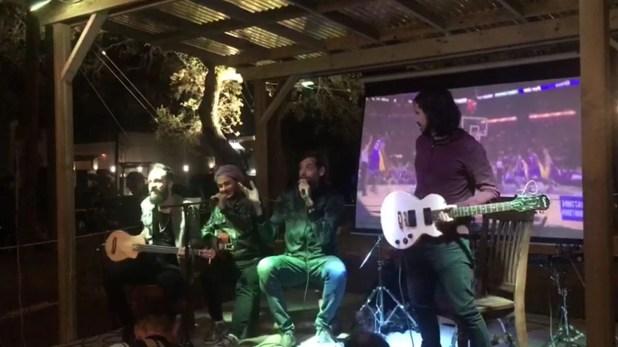 Oberto y su banda en San Antonio, en un pub donde tocaron para parte de los invitados a la fiesta de despedida de Manu Ginóbili. Luego, salieron de gira por dos semanas en un motorhome.