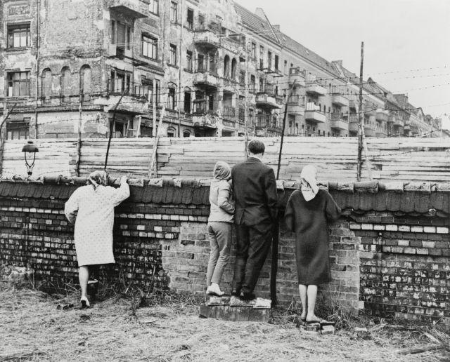 Berlineses occidentales espían sobren el muro en 1962.
