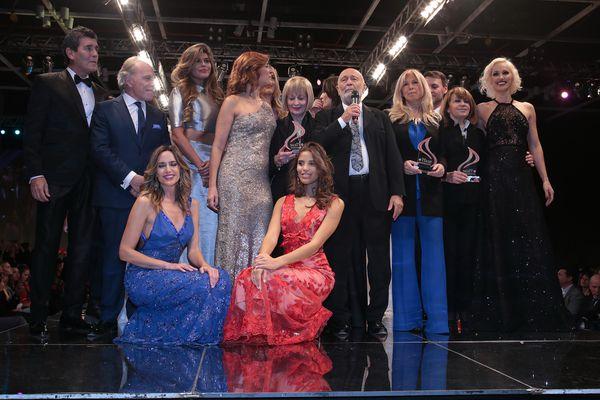El cierre del desfile a cargo de Mauricio Wachs con los diseñadores Tito de Matices, Mabel Ibáñez, Verónica Profumo, María Gorof, Claudia Arce, Claudio Barzábal