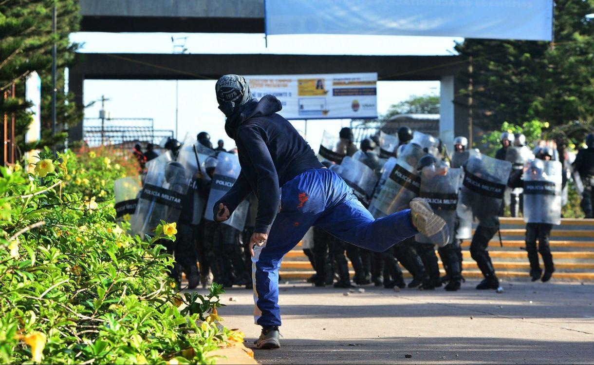 Los policías militares hicieron retroceder a los manifestantes hasta hacerlos ingresar a la Unah y luego entraron en persecución