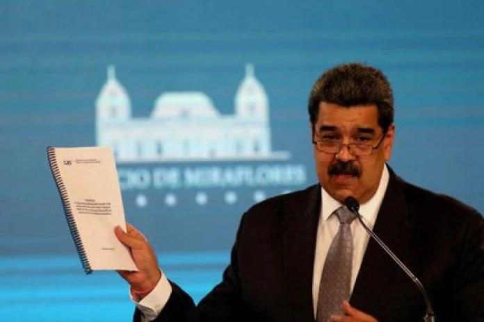 FOTO DE ARCHIVO: Nicolás Maduro muestra un documento de su gobierno durante una conferencia de prensa en Caracas, Venezuela, el 17 de febrero de 2021. REUTERS / Fausto Torrealba