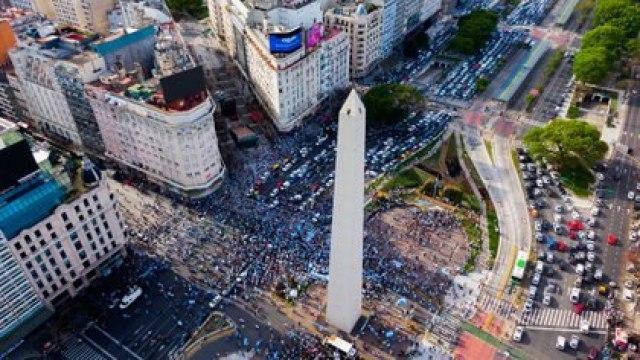 El banderazo en el Obelisco desde el drone de Infobae (Thomas Khazki)