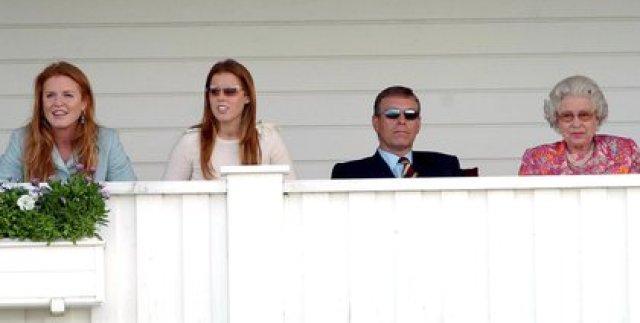 13 de junio de 2004: Sarah Ferguson, el príncipe Andrés y la princesa Beatriz con Isabel II