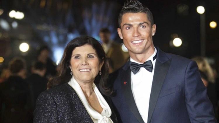 Ronaldo, con su madre Dolores Aveiro (AFP)