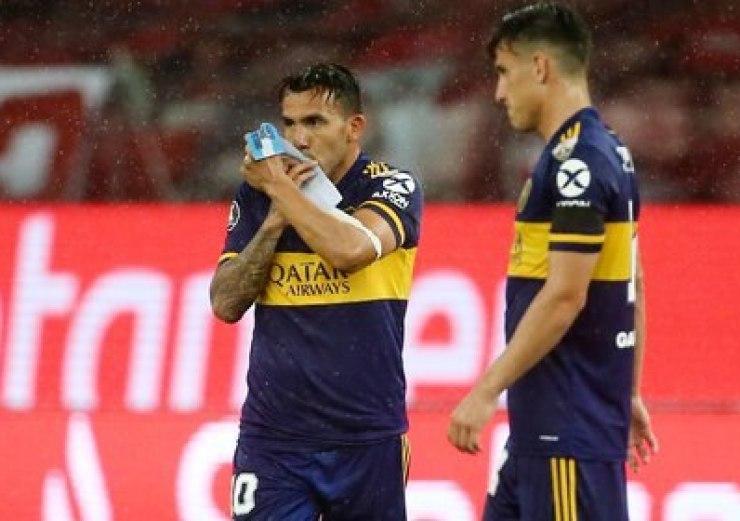 Gol, tributo y beso a la cinta: el festejo de Tevez contra Inter (REUTERS/Diego Vara)