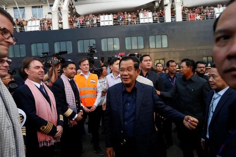 El primer ministro de Camboya, Hun Sen, da la bienvenida a la tripulación del MS Westerdam (REUTERS/Soe Zeya Tun)