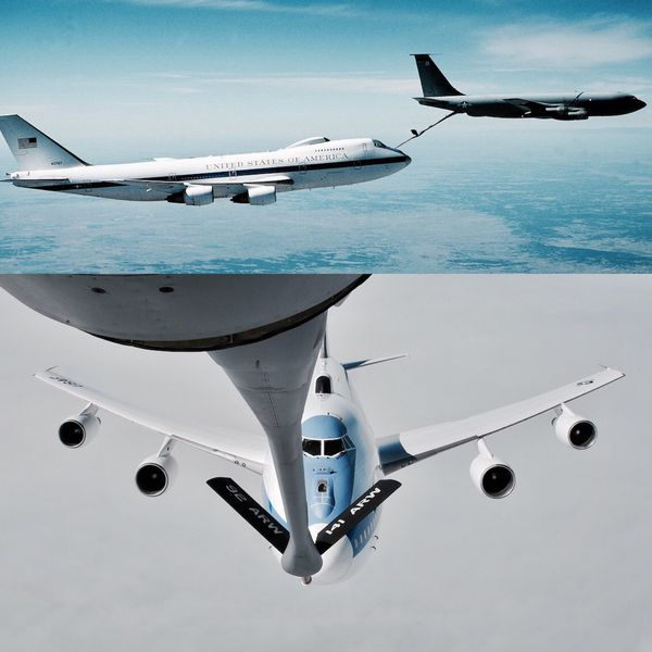 Las aeronaves cuentan con la capacidad de repostar combustible en el aire lo que les permite mantener vuelos completamente operacionales de 35 horas y cuarenta minutos