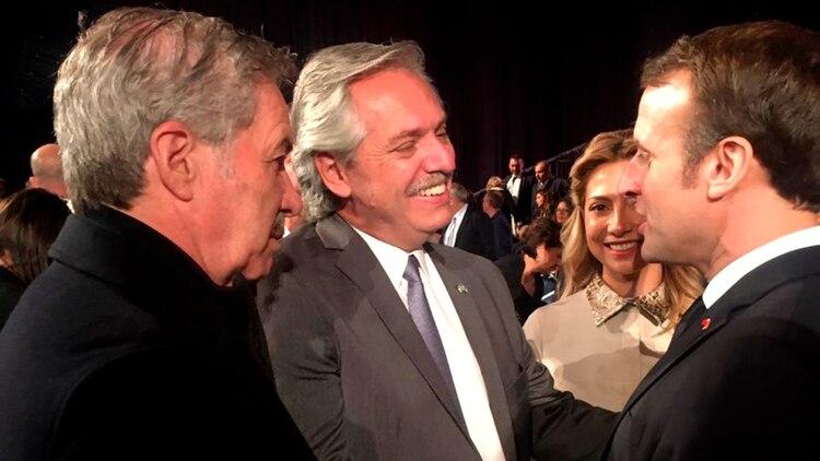 Alberto Fernández, acompañado por el canciller Felipe Solá, junto al presidente de Francia, Emmanuel Macron. Acordaron una visita a París el próximo 5 de febrero