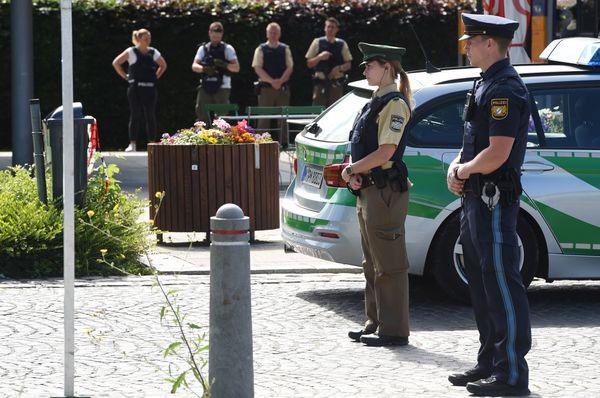 Oficiales de policía custodian la zona del tiroteo (AFP)