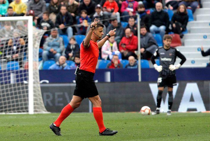 Jesús Gil Manzano, de 37 años, dirigió el último Real Madrid-Barcelona (EFE/Manuel Bruque/Archivo)