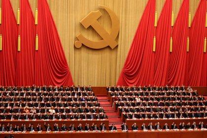 Delegados chinos votan durante la ceremonia de clausura del XIX Congreso Nacional del Partido Comunista de China (PCCh) en el Gran Palacio del Pueblo (GHOP) en Pekín (China). EFE/ Wu Hong/Archivo