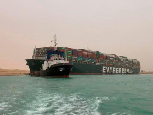 """La Autoridad del Canal de Suez anunció este jueves la suspensión """"de manera temporal"""" del tráfico en el canal """"hasta que terminen las obras de reflotación del """"Ever Given"""", uno de los buques portacontenedores más grandes del mundo. EFE/EPA/Media Suez Canal Head Office"""