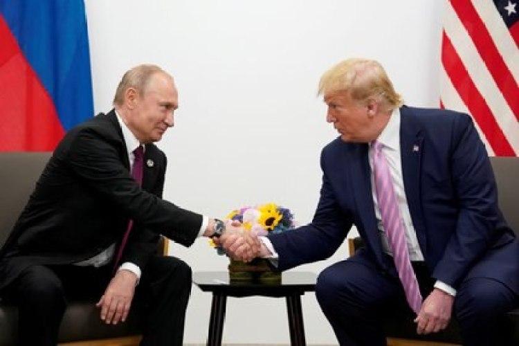 Putin y Trump se dan la mano durante una reunión bilateral en la cumbre de líderes del G20 en Osaka, Japón, el 28 de junio de 2019 (REUTERS/Kevin Lamarque/Foto de archivo)